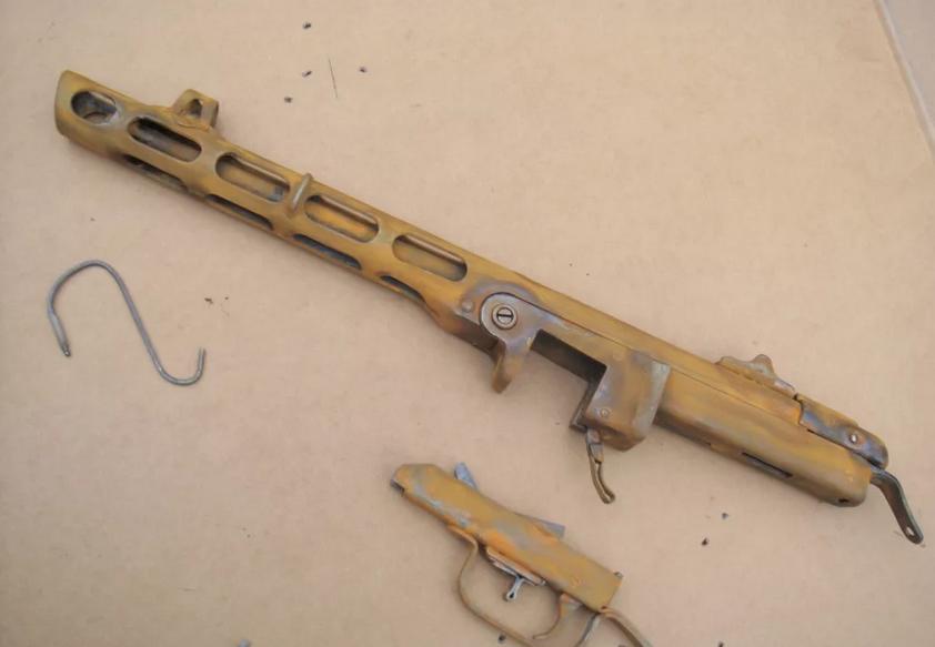 """Часть пистолета - пулемета, покрытая составом """"ржавый лак"""""""